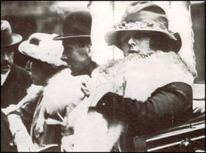 A photo of Noel Pemberton Billing and Eileen Stewart arriving at the old Bailey.