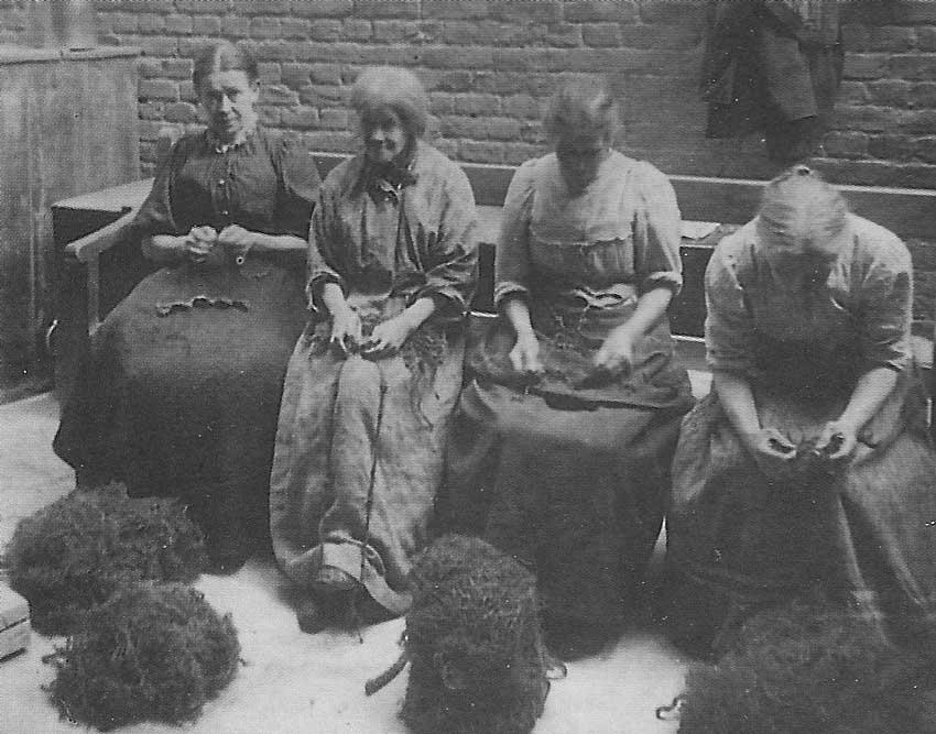 Women picking Oakum
