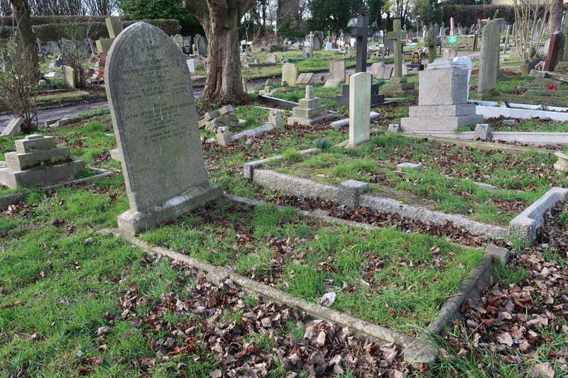 A photograph showing the grave of Sir Robert Anderson.