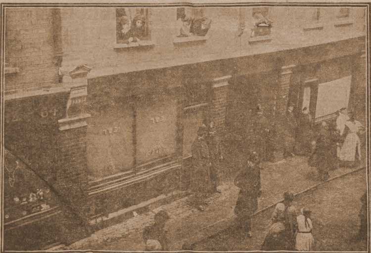 A photograph of the police outside 62 Hanbury Street.